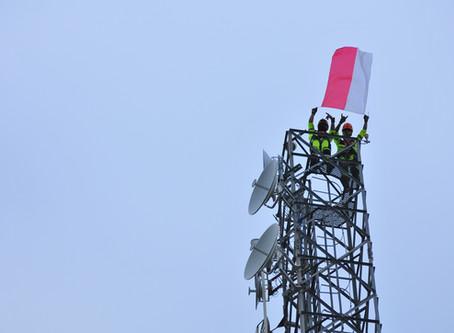 Pengibaran Sang Saka Merah Putih di Atas Tower Telekomunikasi