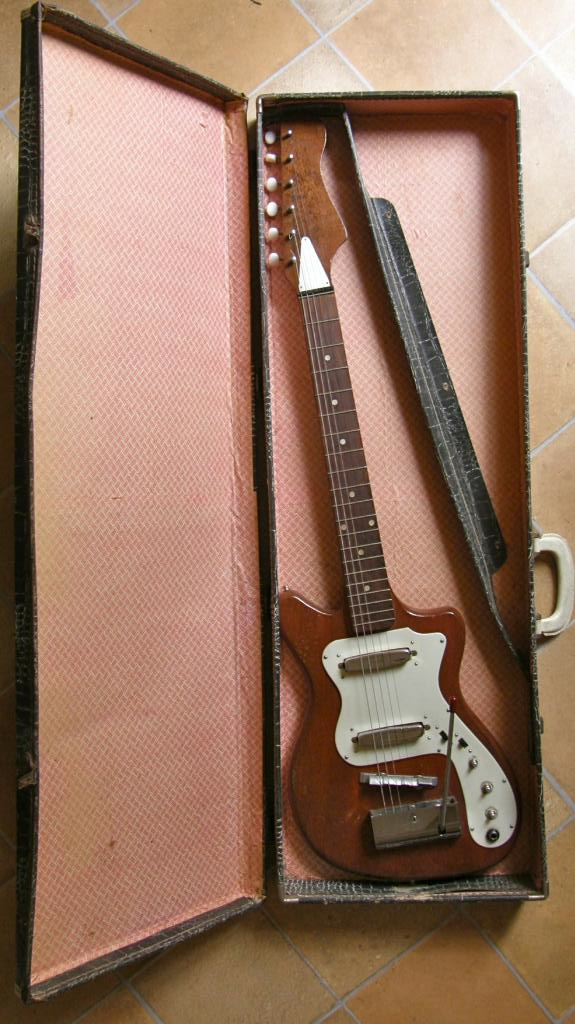 Broadway Plectric 1927 with tremolo guitar
