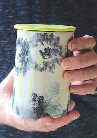 Boîte en grès blanc peint à la main dans l'atelier de céramique Eva Dejeanty.