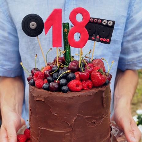 Čokoládový dort s čokoládovou ganache a lesním ovocem