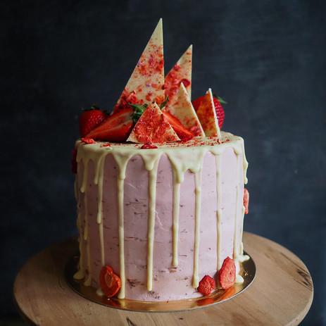 Vanilkový dort s jahodovým mascarpone, bezinkovým sirupem a bílou čokoládou