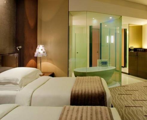 מחיצה שקופה בחדר במלון.