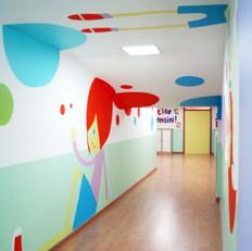 קירות מדברים במסדרון בבית ספר