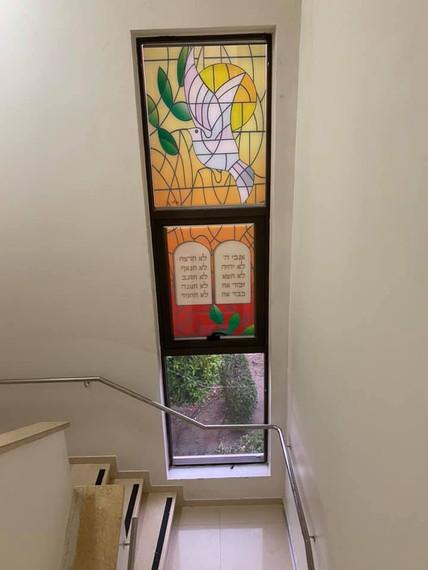 יונה עם עלה של זית ולוחות הברית במעלה המדרגות לעזרת נשים