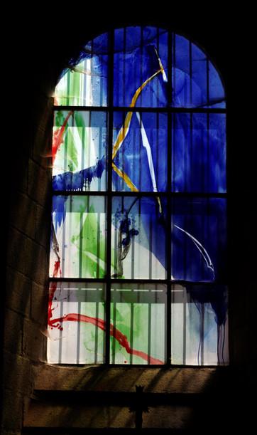 עיצוב בכחול על ירוק בחלון גדול