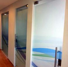 עיצוב דיגיטלי והדפסה על דלתות זכוכית