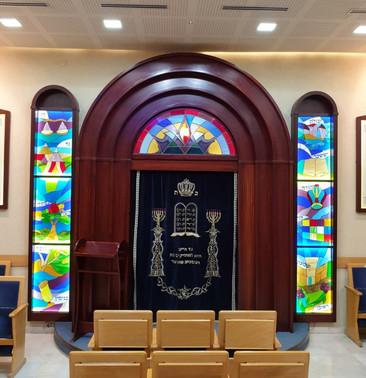 בית כנסת אריאל לאחר התקנת ויטראז'ים בהיכל