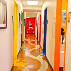 מסדרון מעוצב ילדים בבית ספר מוביל אל האושר, אל ההפתעה.