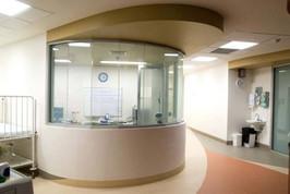 גם על זכוכית מכופפת בחדר קבלה בבית חולים