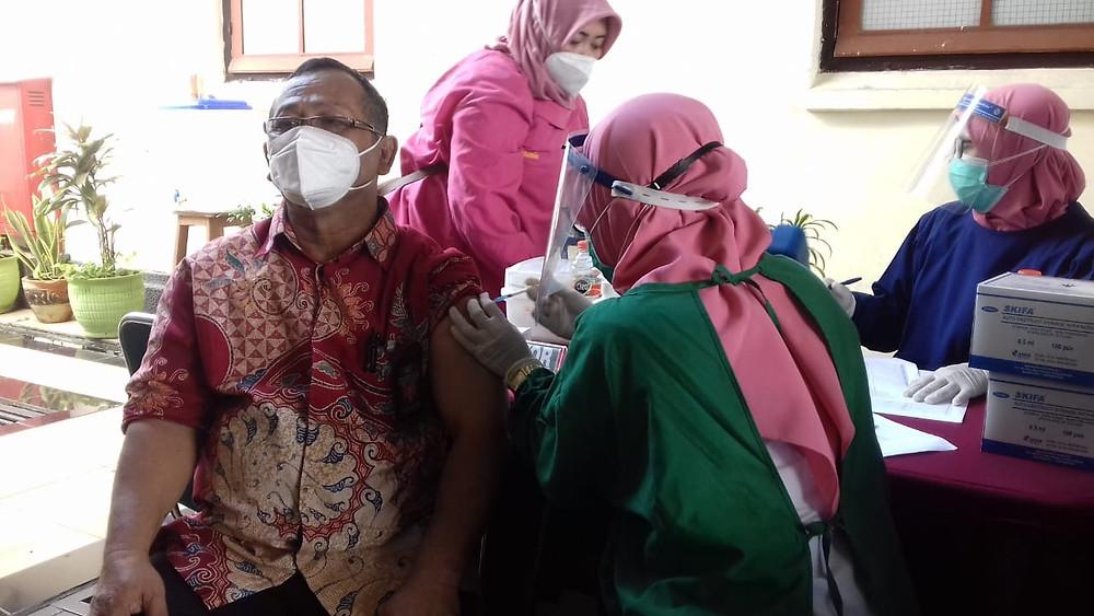 Hakim Parno disuntik vaksin anti Covid-19