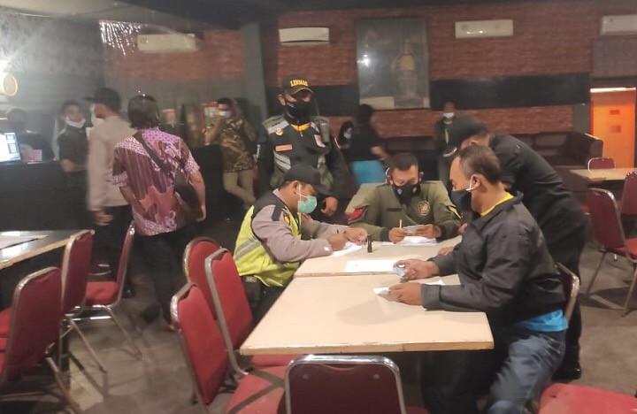 beroperasional ditengah musim penyebaran covid-19, dan kini dirazia petugas gabungan dari Polsek Benowo dan Satpol PP, Surabaya pada Jumat, (18/12/2020).
