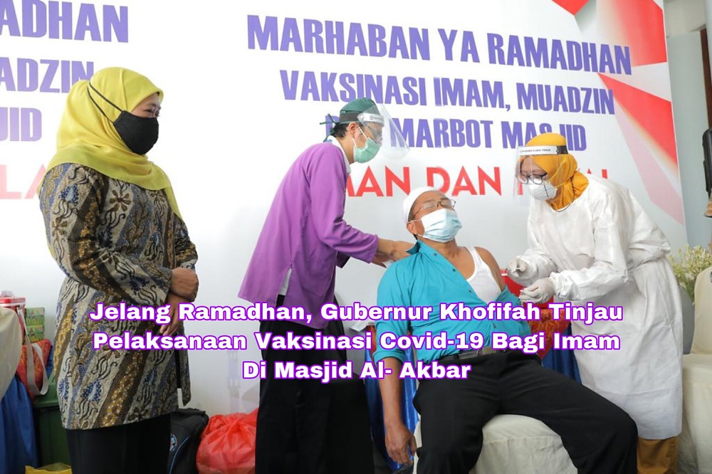 Gubernur Jawa Timur, Khofifah Indar Parawansa, meninjau secara langsung pelaksanaan vaksinasi Covid-19 kepada imam, muadzin, dan marbot masjid dengan total 1000 orang yang digelar di Masjid Al-Akbar Surabaya (MAS). Foto: Ayul