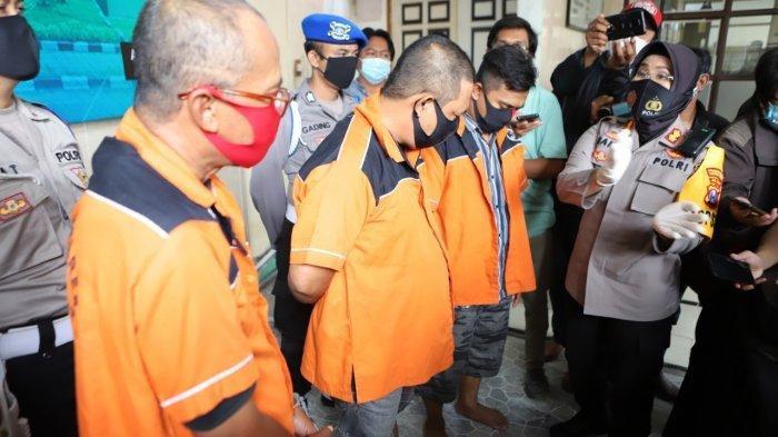 Polisi tunjukan Tiga orang tersangka itu adalah RR (55) pemilik biro jasa tiket, DS (36) calo tiket dan SH (46) salah seorang pegawai honorer di Puskesmas wilayah Pelabuhan Tanjung Perak Surabaya.