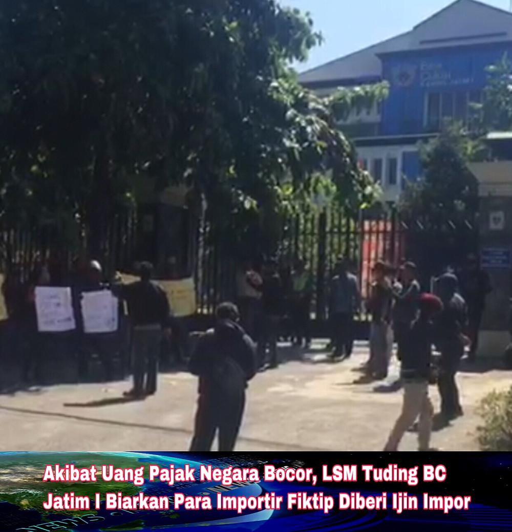 Puluhan massa dari LSM Masyarakat Peduli Keadilan (Mapekat) melakukan aksi unjuk rasa didepan Kanwil Bea Cukai Jatim I di Jl. Raya Juanda, Sidoarjo, Kamis (2/7/2020).