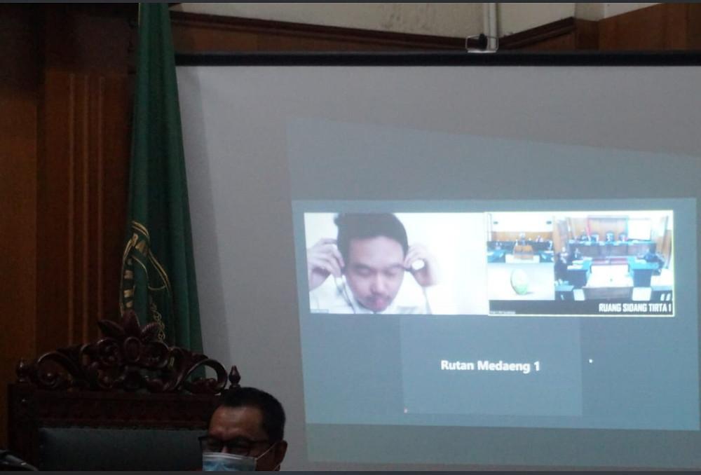Terdakwa Gilang Aprilian Nugraha sidang telekonferensi di Pengadilan Negeri Surabaya.