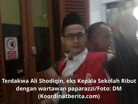 Cabuli Murid, Eks Kepala Sekolah Usai Sidang Tampik Kamera Wartawan