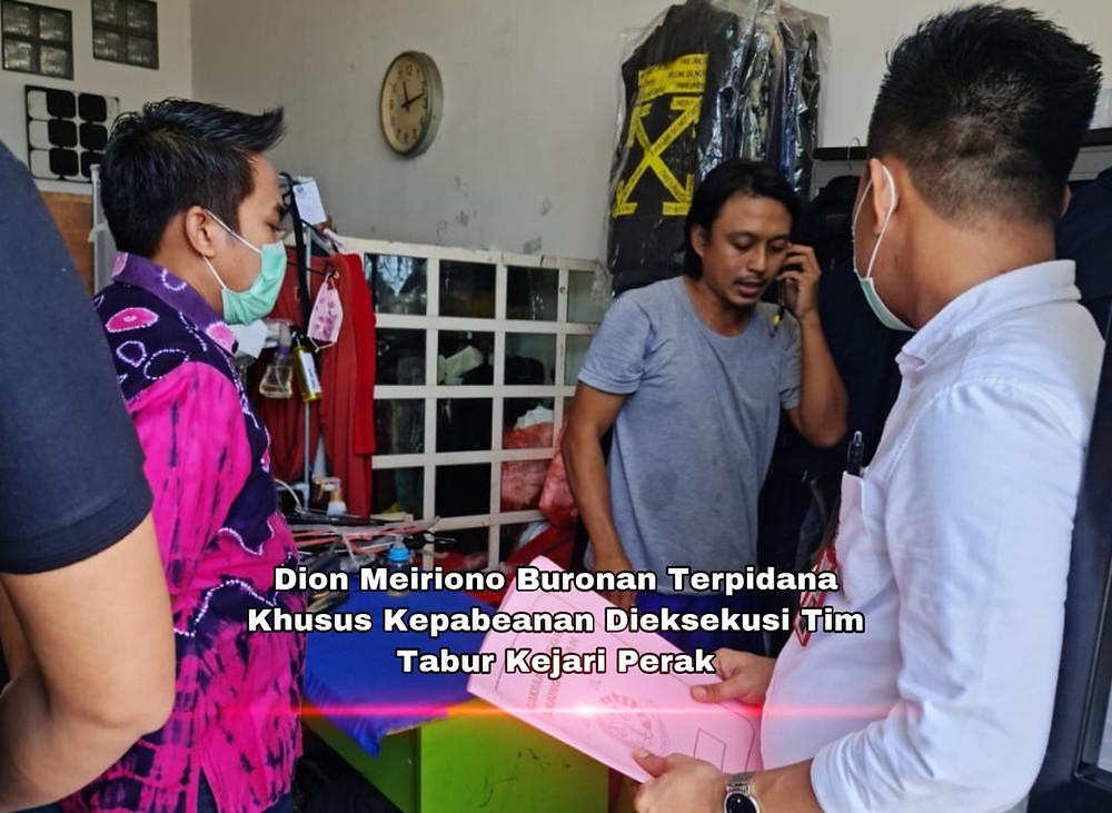 Saat dilakukan eksekusi Buronan Terpidana Dion Meiriono berada di Perumahan Pondok Sedati Asri Blok M 11 D (Ruko) pada pukul 11.10 Wib, Jum'at 16 April 2021.  ( Foto: Arif )