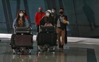 WNI dan WNA yang baru tiba dibandara soekarno hatta, Tangerang, Banten, Rabu (30/12/2020). Menjelang pergantian tahun, para penumpang penerbangan international yang tiba di bandara Soekarno Hatta diwajibkan untuk menjalani karantina selama minimal 5 hari.(Foto: Net)