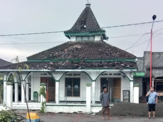 Puting Beliung Hantam Tempat Ibadah Di Desa Banter, Gresik