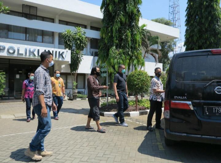 Terpidana dibawa ke Poliklinik Kejaksaan Tinggi Jawa Timur untuk diperiksa kesehatannya dan akan dititipkan sementara di Cabang Rutan Medaeng di Kejati Jawa Timur