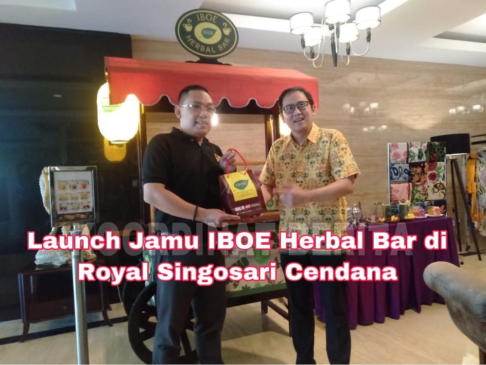 Bayu Andi Bawono, GM Cluster Surabaya Royal Singosari (kiri) danPerry Angglishartono, Product Group Manager PT. Jamu Iboe Jaya. (Ist