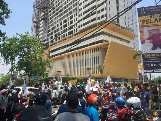 Puluhan Warga Asem Bagus Protes Jalan Akses Apartemen Gunawangsa