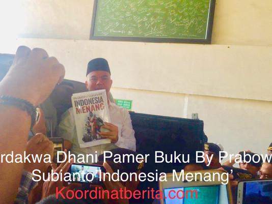Terdakwa Dhani Pamer Buku Prabowo Subianto 'Indonesia Menang' Di PN Surabaya