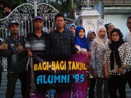 Alumni 95 SMP Praja Mukti, Surabaya Bagi-Bagi Ta'jil