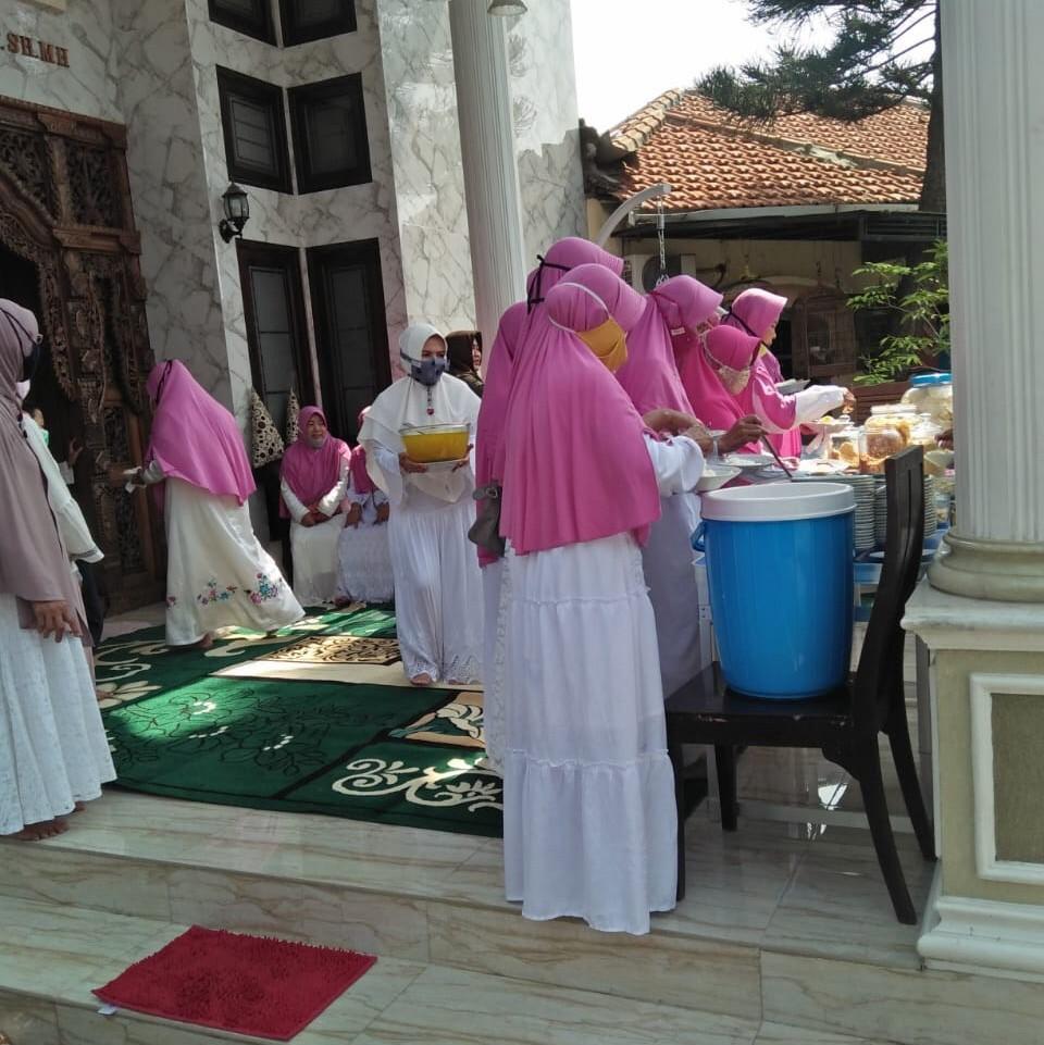 Senin 14/12/2020 saat Senin 14/12/2020asyakuran setahun berdirinya masjid Dr. HM. Ma'ruf Syafii (DHMS), di Perum Kota Damai Gresik.