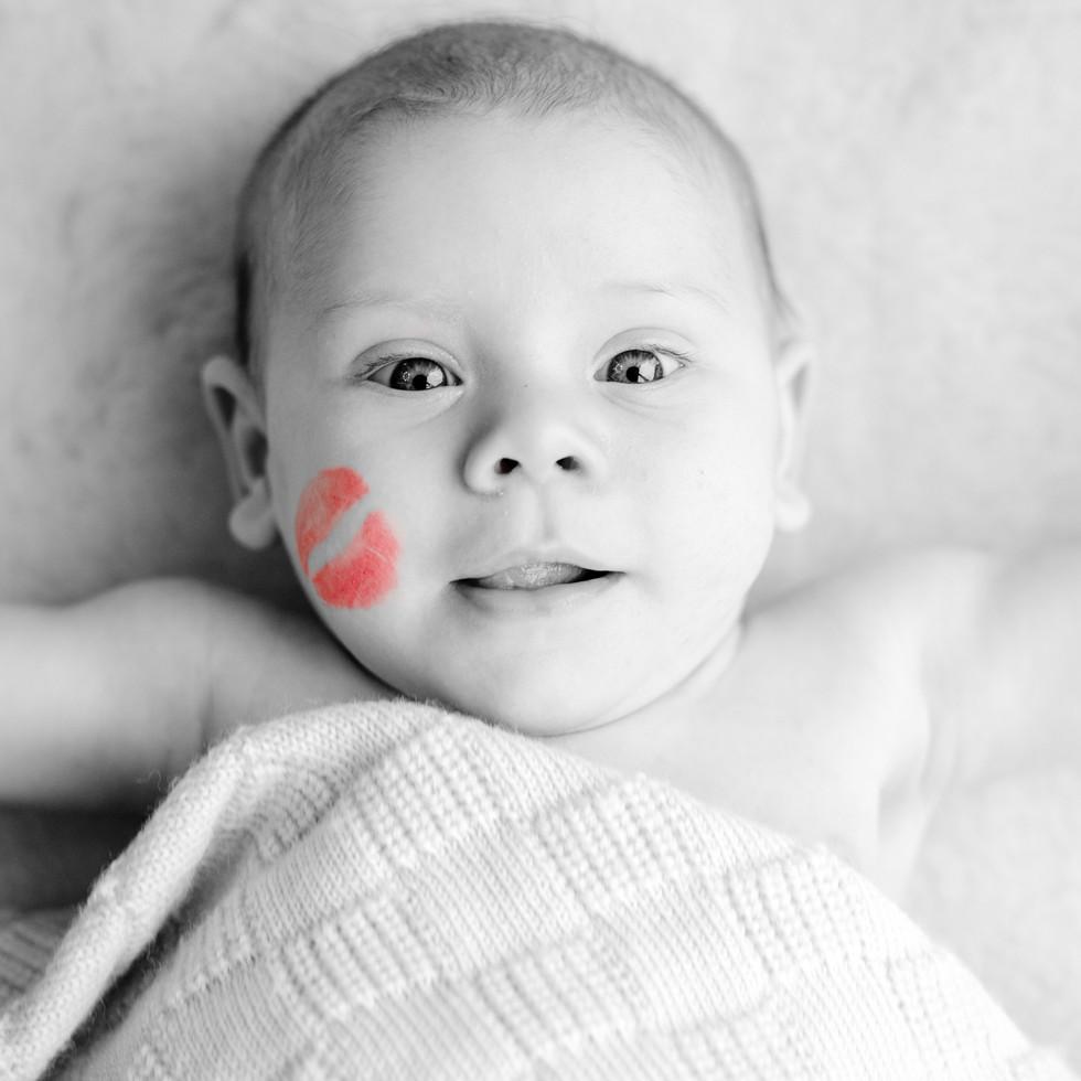 Neugeborenes Baby mit Kussmund