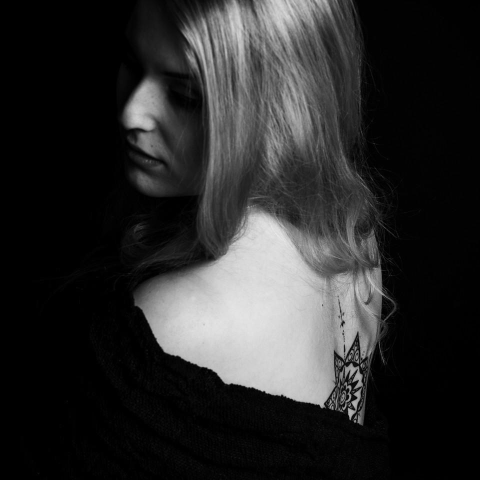 Schwarz-weiß Portrait mit Tattoo