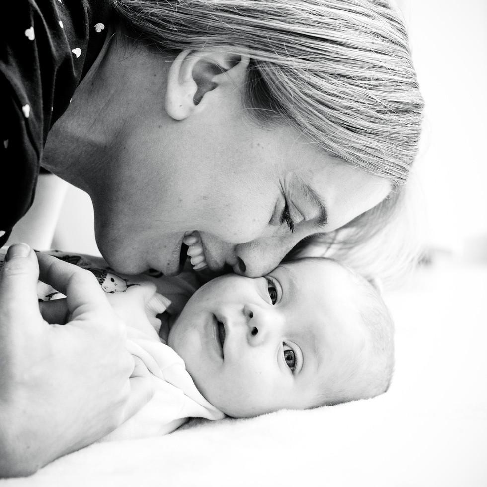 Neugeborenes Baby mit Mutter
