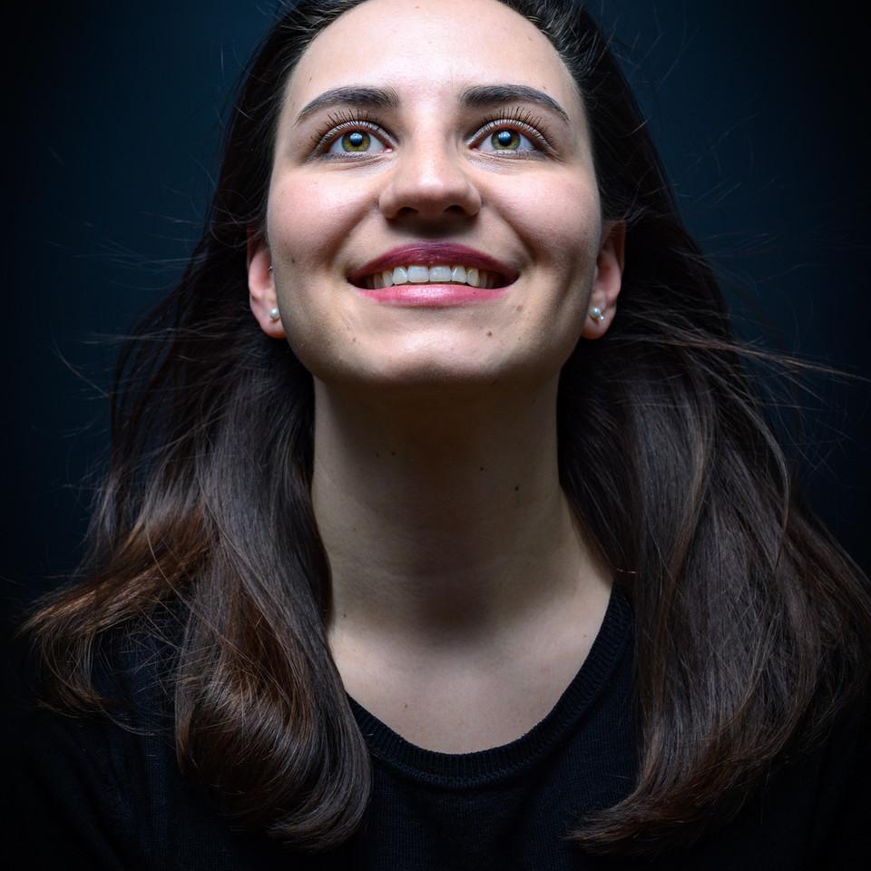 Portrait einer Frau mit wehenden Haaren
