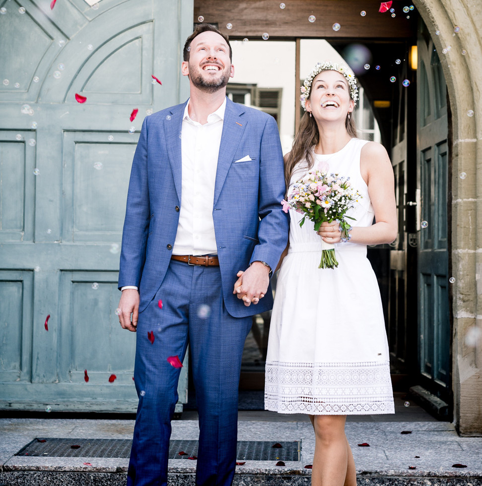 Brautpaar mit Rosenblätterregen