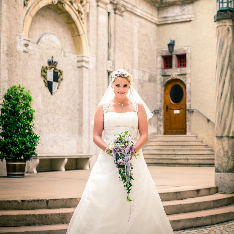 Braut im Schlosshof