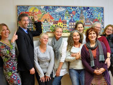 Mosaikkünstlerinnen und der OB Boris Palmer