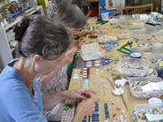 Das Mosaik wird von den Besucher*innen gefertigt