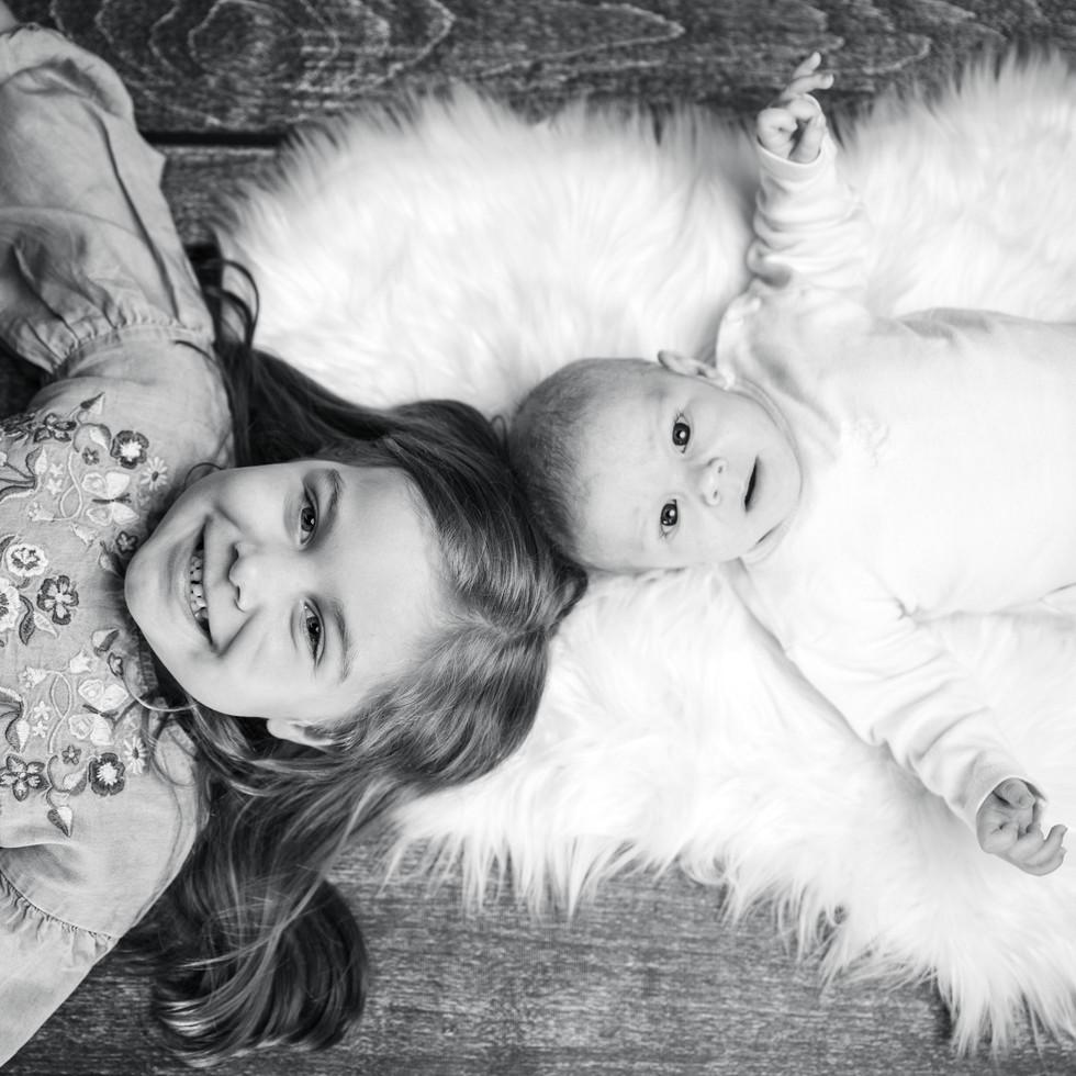 Neugeborenenshooting mit Schwester