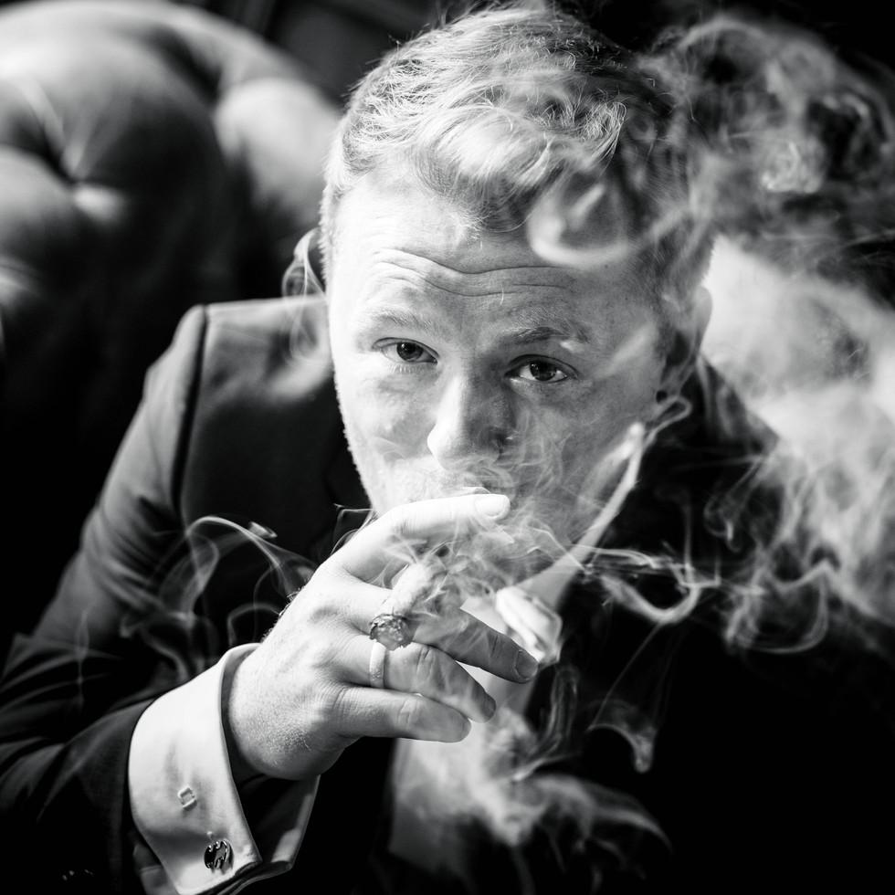 Bräutigam raucht