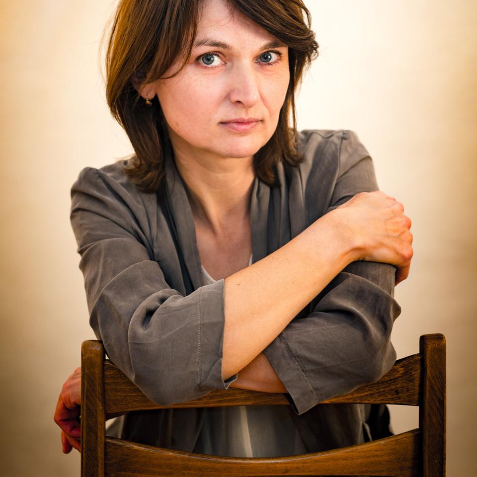 Frauenportrait sitzend