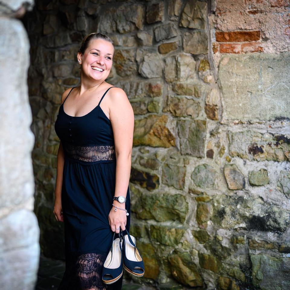 Portrait von Frau mit Kleid und Schuhen in der Hand