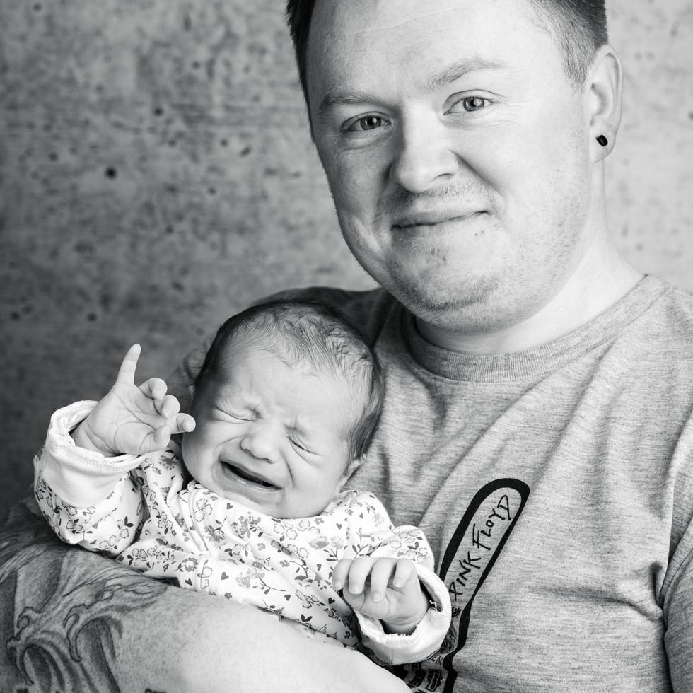 Neugeborenes Baby mit Vater schwarz-weiß