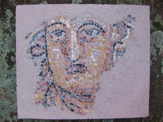 Hier ist das Mosaik als Betonplatte fertig gestellt