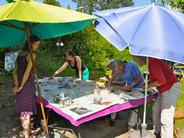 Bei Sonnenschein macht mosaiken im Garten viel Spaß
