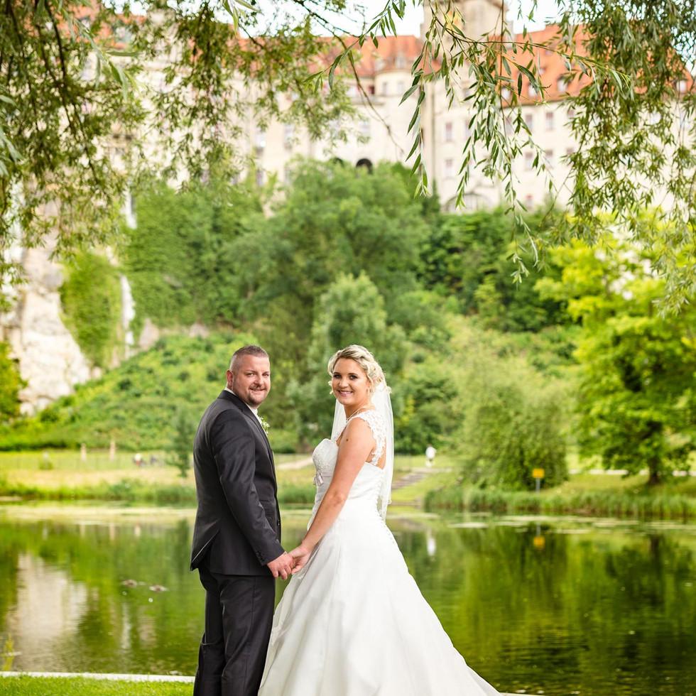 Brautpaar vor Schloss