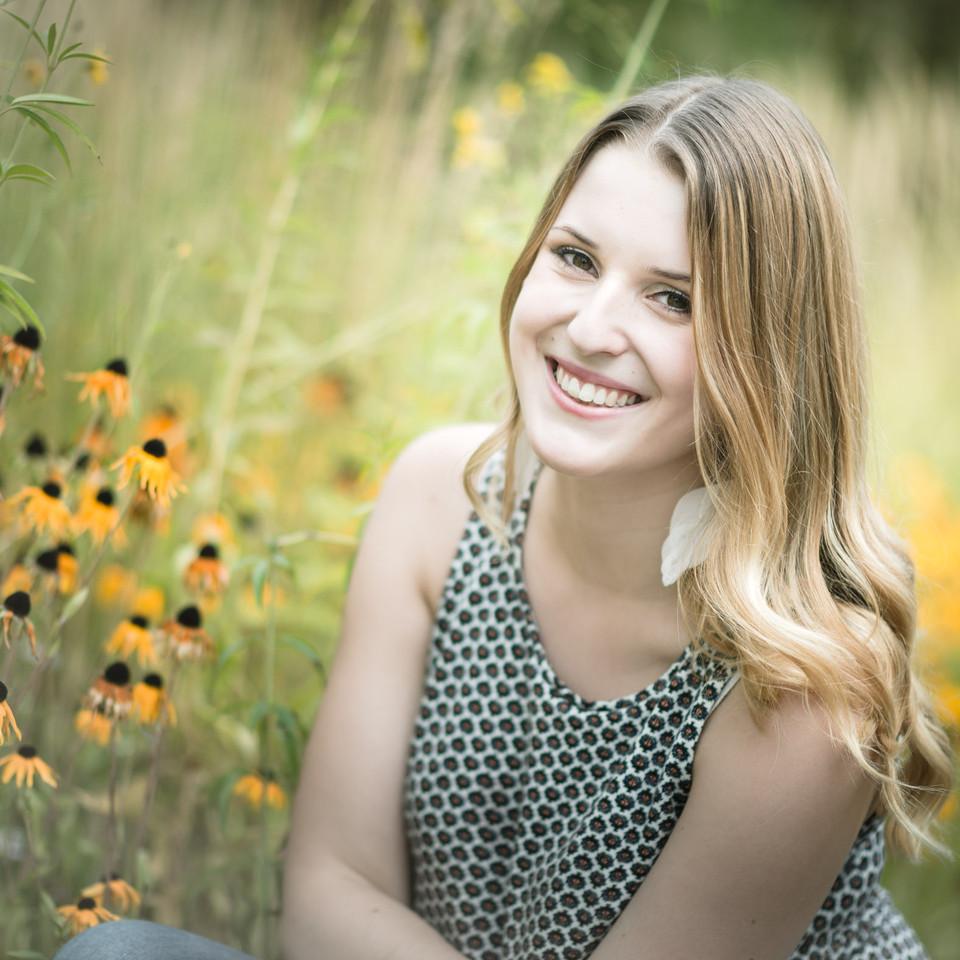 Portrait vor Blumenwiese