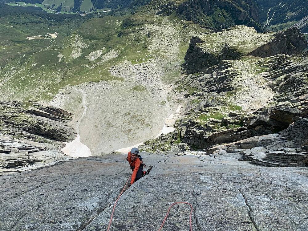 Kletterer in den Rissen der Route Jimmy am Salbit