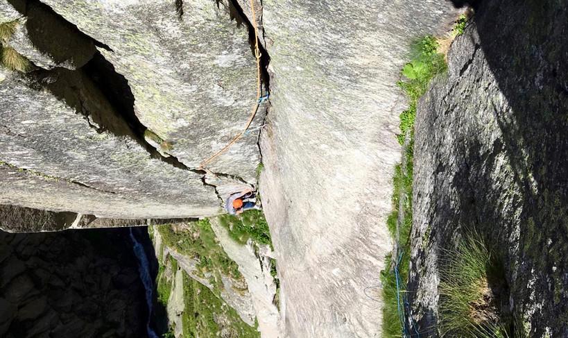 Kletterer in der Route Eternal Crack Teufelstalwand Rissklettern Länge 2