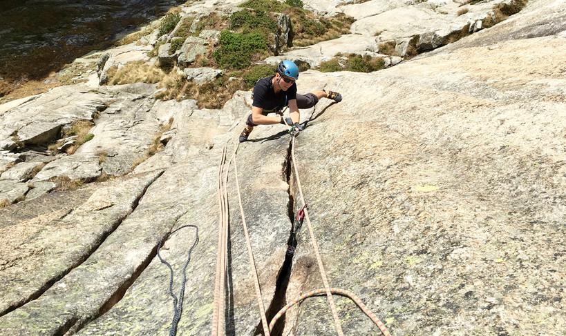 Kletterer in der Route The Devils last Dance Teufelstalwand Rissklettern Länge 5