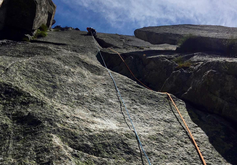 Kletterer in der Route Eternal Crack Teufelstalwand Rissklettern Länge 3